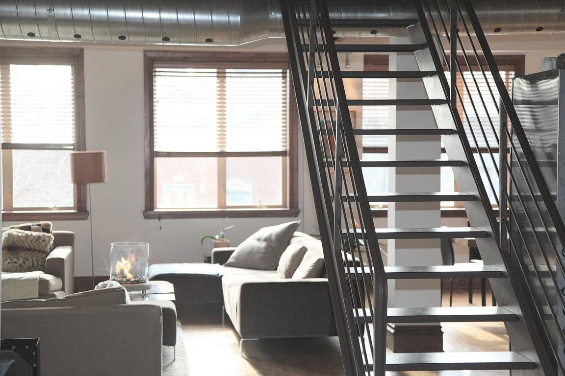 Duplex semi-industriel combinant mobilier contemporain, gaines de climatisation apparentes et escalier métallique sans contremarche